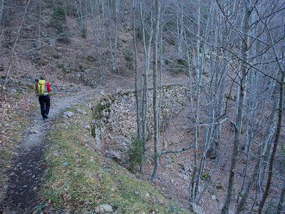 El camí segueix l'itinerari de l'antic tren miner