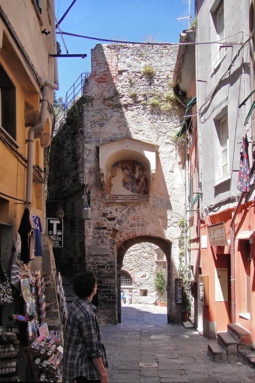 Скульптура св.Лаврентия с фронтона главной двери храма.