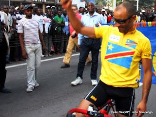 L'arrivée de Clain Médéric, vainqueur de la troisième étape du Tour de la RD Congo de cyclisme le 21/06/2013 devant l'hôtel de poste à Kinshasa. Radio Okapi/Ph. John Bompengo