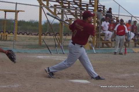 Ricardo Cárdenas de Maypa Trucking bateando en el softbol sabatino
