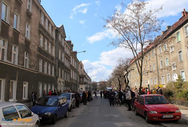 grupa spacerowiczów ulicy Lelewela