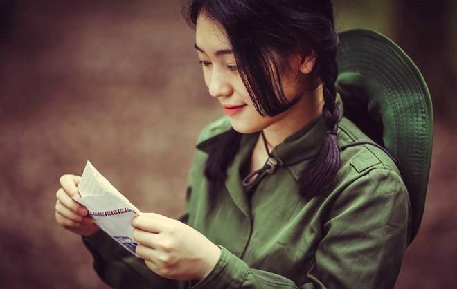 Ảnh cô gái đọc thư của lính