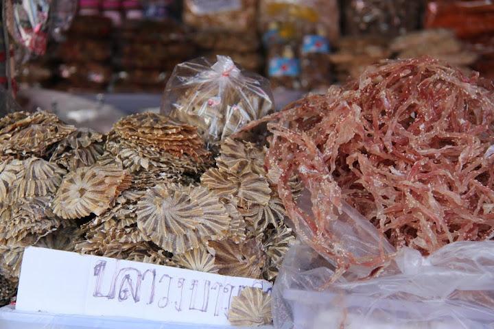 צדפות מיובשות בשוק של פרצ'ואב קירי קאן