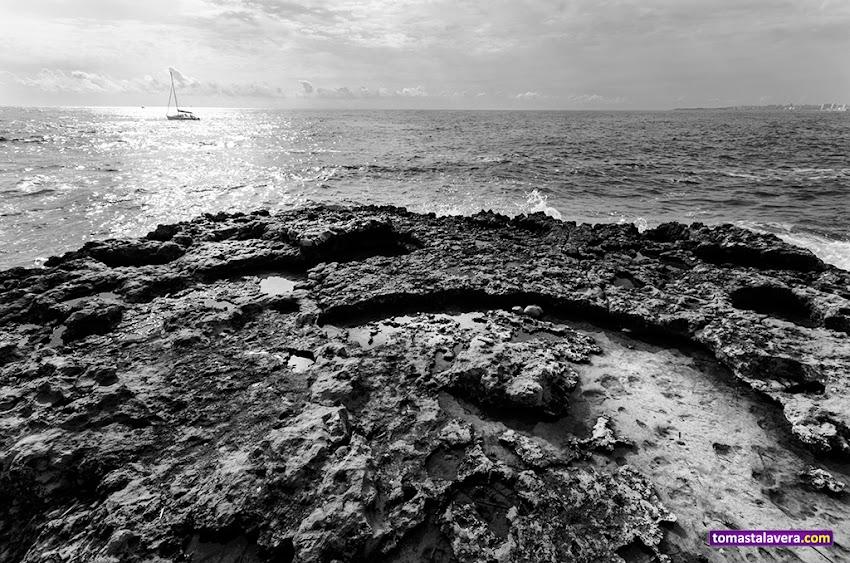 Nikon D5100, 10-20 mm, Paisajes, Blanco y negro, Los Baños de la Reina, El Campello, Horizonte, Mar, Nubes, Rocas, Velero, Contraluz,