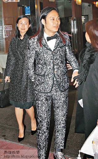 今年一月,蔡一智在古仔的餐廳舉行生日派對,旁為其妻周雪芳。