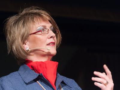 Als Qualiltätsbeauftragte Q6 führte Ruthild Muser in die Geheimnisse des Weinbaus von Bodenproben bis zu Pheromonen ein.