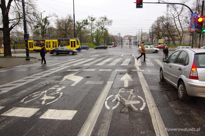 Niedawno utworzony pas ruchu dla rowerów zakończony śluzą rowerową do jazdy prosto i do skrętu w lewo.