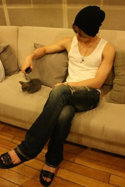 Jaejoong and a cat