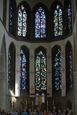 Abstracte glasramen in de kerk van Diksmuide.