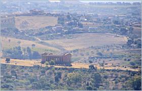 Sizilien - Agrigento - Blick von der Piazza Giuseppe Sinatra über das Tal der Tempel Richtung Meer.