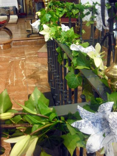 Decoración floral con paniculata, verde, margaritas y algo de rosa (lilium) 15