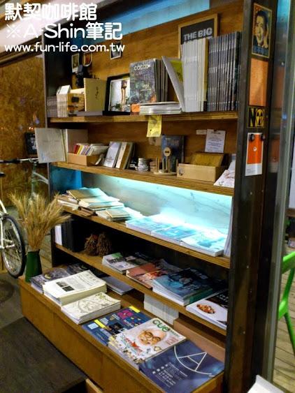 書櫃上滿滿的活動DM-默契咖啡館