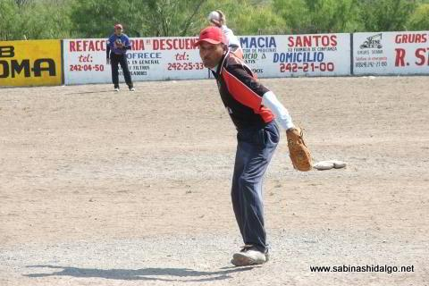 Santos Silva lanzando por Agua y Drenaje en el softbol del Club Sertoma