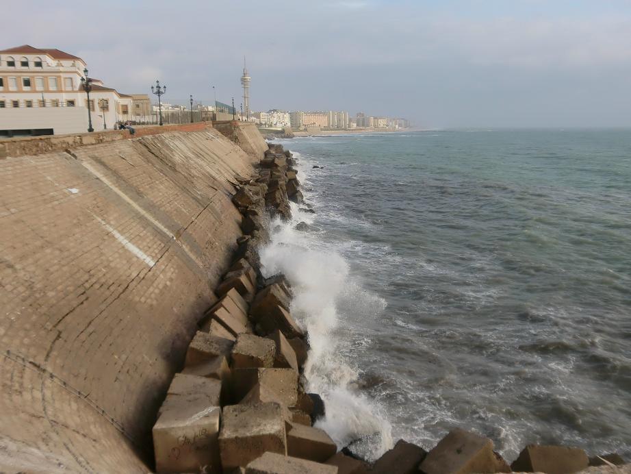 Cádiz se encuentra situada sobre un tómbolo o lengua de tierra que une una isla con el resto del continente. Junto a San Fernando, ocupan un antiguo archipiélago entre el río Guadalete y el caño de Sancti-Petri que con la progresiva sedimentación se han ido uniendo al continente.