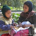 Petits mendiants mangeant une parantha, Delhi