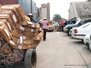 Des marchandises en provenance de Brazzaville  par le Beach central de l'Onatra. Radio Okapi/ Ph. John Bompengo
