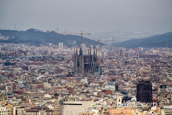 Montjuic kalesinden Sagrada Familia ve Barselona manzarası