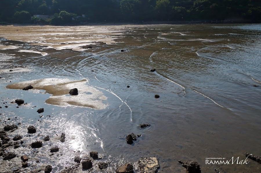 索罟灣市集後的溪水與海水交會的淺灘