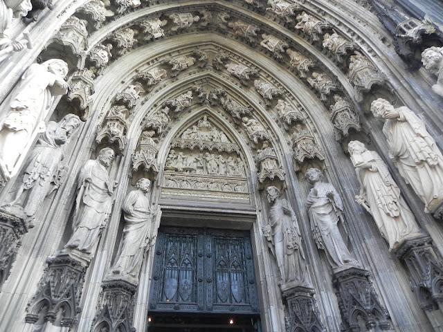 Portal de São Pedro: ornamentado com as estátuas dos 12 apóstolos (século XIV)