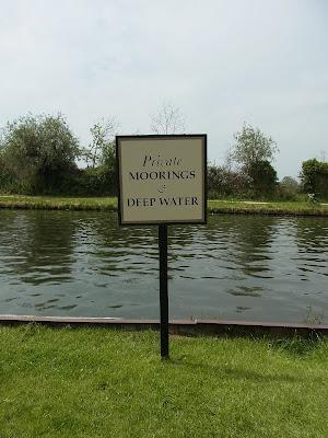 パブの裏庭に運河が