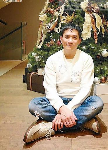 坐在聖誕樹前的梁朝偉,與老婆嘉玲及一大班朋友歡度佳節。
