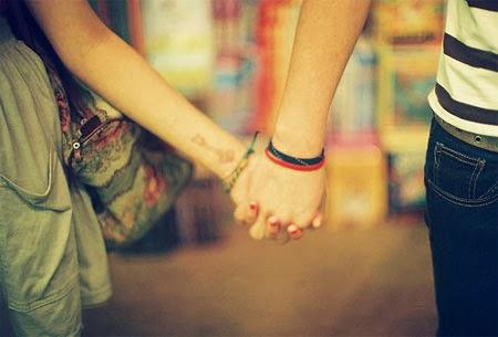 Đôi tình nhân nắm tay nhau