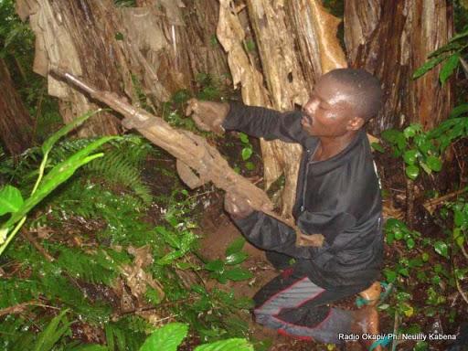 Un milicien Maï-Maï manipulant son arme dans une brousse à Beni (Nord-Kivu). Ph/Droits Tiers.