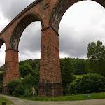 Auf dem Viadukt überquert die Bahn das Tal.