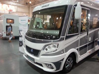 Zdjęcie przedstawia camper Knaus typu integra wystawiany na Motor Show 2014 w Poznaniu