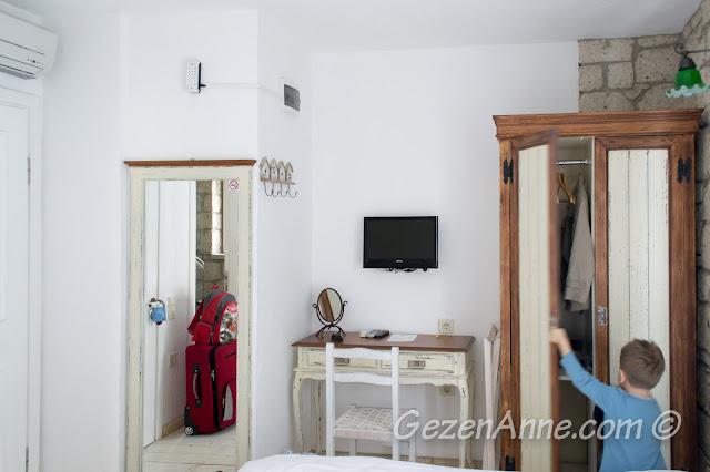 kaldığımız standart odada oğlum dolapları kontrol ederken, Asma Han otel Alaçatı