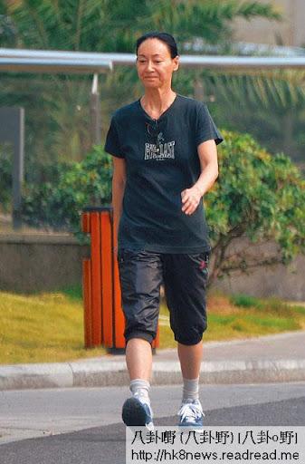 最新圖片 <br><br>周三( 10日),落曬形嘅惠英紅在酒店附近喪跑近一小時來發洩喪兄之痛。