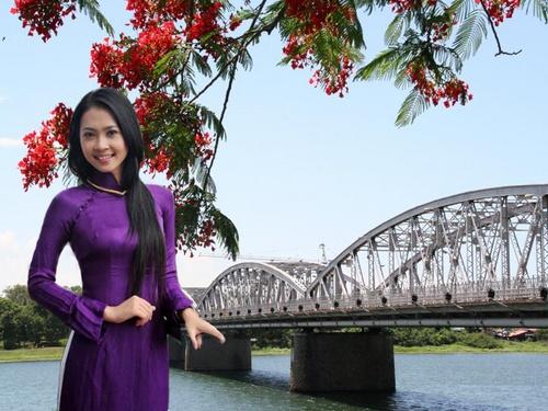 Ảnh cô gái xứ huế đứng bên cầu Tràng Tiền