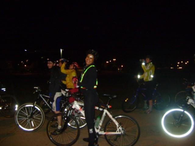 Usar roupas e adesivos reflexivos ao pedalar à noite
