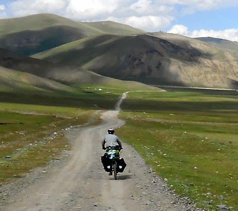 Straße am Nordrand der Hochebene des Solton-Sary-Tals, Kirgistan