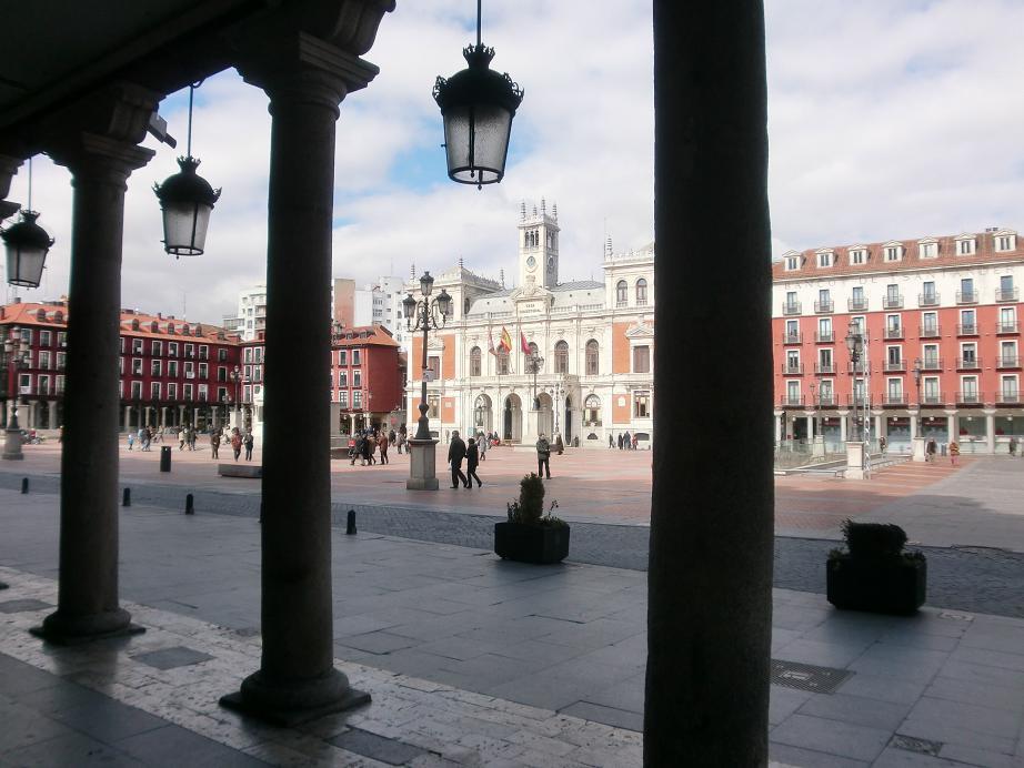 Plaza Mayor de Valladolid, fue construida por el mandato de Felipe II tras el incendio que sufrió la ciudad en 1561. A pesar de que ocupaba el espacio de una antigua plaza se regularizó su fisionomía, estableciéndose edificaciones de tres plantas sobre pórtico de carácter comercial y presidiendo la plaza las Casas Consistoriales.