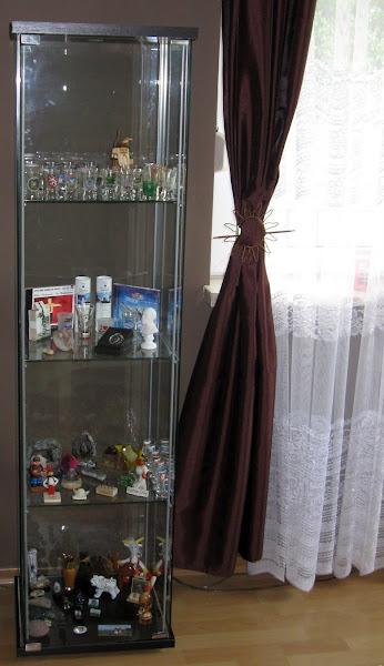 gablota z kieliszkami w podróży w salonie