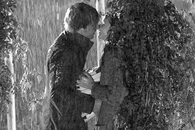 Hôn vội vã trong cơn mưa