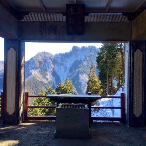 遥拝殿から妙法ヶ岳方面を望む