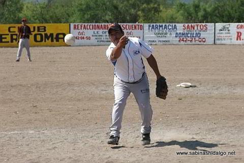 Dagoberto Torres lanzando por Cerveceros en el softbol del Club Sertoma