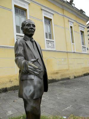 Seu monumento foi pixado e sua mala foi roubada por vandalos