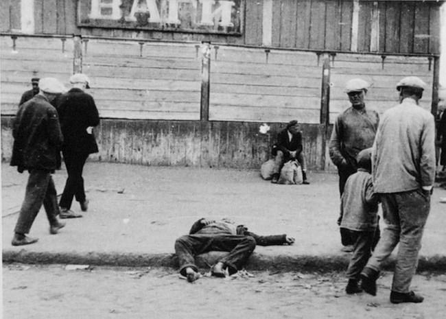 O corpo de uma vítima do Holodomor em via pública da cidade ucraniana de Carcóvia, a então capital da Ucrânia, 1932. Fotografia: Alexander Wienerberger.