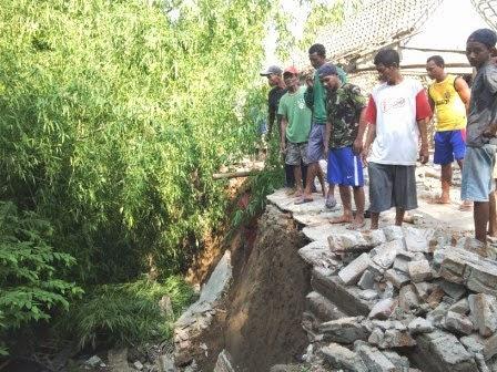 Berita foto Dan Video Sinar Ngawi hari ini : Banjir bandang di kecamatan Kwadungan Ngawi Hanyutkan dua rumah milik warga