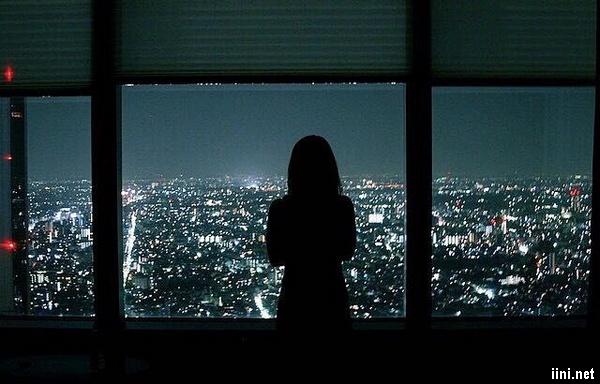 ảnh cô gái đứng lặng lẽ trong đêm