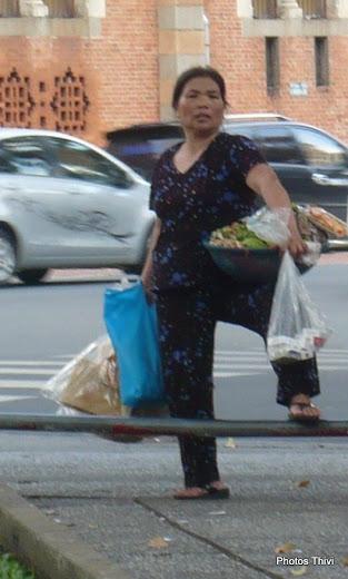 Vieille femme vendant de tout