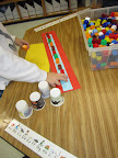 Children make patterns with cubes of different colors.