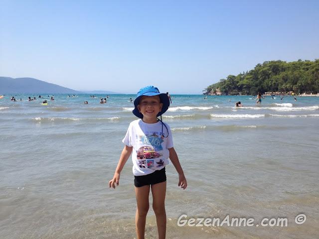 Akyaka denizinde doyasıya eğlenen oğlum