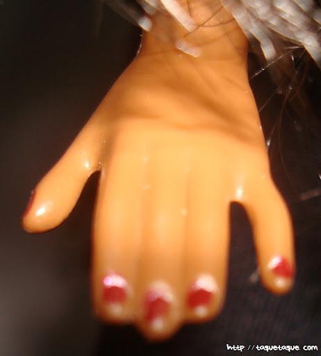 Barbie Basics LBD #10: primer plano de las uñas pintadas (viene así)