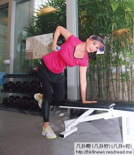 操機練氣 <br><br>王馨平每日都花數小時在健身室,私人教練話操機除了鍛煉肌肉,還有助加強肺部功能,唱歌都會好氣 啲。