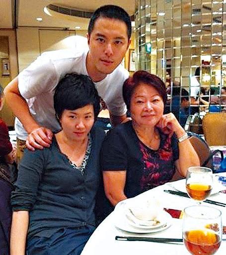蕭正楠妹妹(左下)於一服務式住宅的市場部擔任經理,母親(右下)全職享福