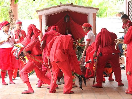 Diablos de Yare postrados frente al altar en el día de Corpus Christi en San Francisco de Yare, Municipio Bolivar, Miranda Venezuela